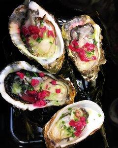 6 oesters, opengestoken, afgewerkt met zoetzure uitjes
